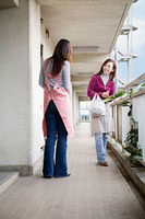 団地内の通路で挨拶を交わす二人の女性 11002053835| 写真素材・ストックフォト・画像・イラスト素材|アマナイメージズ