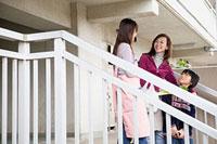 階段付近で会話する二人の女性と男の子 11002053837| 写真素材・ストックフォト・画像・イラスト素材|アマナイメージズ