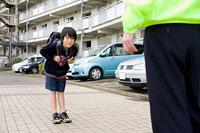 団地内で挨拶をする男の子 11002053838| 写真素材・ストックフォト・画像・イラスト素材|アマナイメージズ