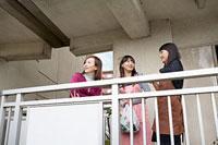 団地内の通路で世間話をする三人の女性 11002053839| 写真素材・ストックフォト・画像・イラスト素材|アマナイメージズ