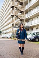 団地内を歩く女子高生 11002053840| 写真素材・ストックフォト・画像・イラスト素材|アマナイメージズ