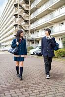 団地内を歩く高校生カップル 11002053841| 写真素材・ストックフォト・画像・イラスト素材|アマナイメージズ