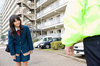 団地内で挨拶をする女子高生 11002053842| 写真素材・ストックフォト・画像・イラスト素材|アマナイメージズ