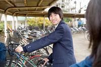 微笑む男子高生 11002053846| 写真素材・ストックフォト・画像・イラスト素材|アマナイメージズ