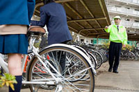 自転車置き場で高校生に注意をする管理人の男性 11002053847| 写真素材・ストックフォト・画像・イラスト素材|アマナイメージズ