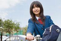 自転車に乗る女子高生 11002053848| 写真素材・ストックフォト・画像・イラスト素材|アマナイメージズ