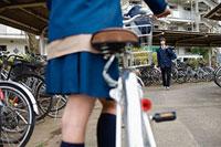 自転車に乗る女子高生と向かいに立つ男子高生 11002053849| 写真素材・ストックフォト・画像・イラスト素材|アマナイメージズ