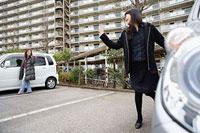 団地内の駐車場で挨拶を交わす二人の女性 11002053850| 写真素材・ストックフォト・画像・イラスト素材|アマナイメージズ