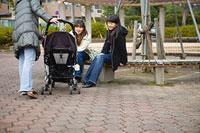 団地内の広場で世間話をする三人の女性 11002053855| 写真素材・ストックフォト・画像・イラスト素材|アマナイメージズ
