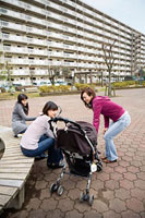 団地内の広場で世間話をする三人の女性 11002053856| 写真素材・ストックフォト・画像・イラスト素材|アマナイメージズ