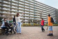 団地内の広場で過ごす母親とその子どもたち 11002053857| 写真素材・ストックフォト・画像・イラスト素材|アマナイメージズ