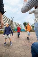 母親のもとに駆け寄る子どもたち 11002053859| 写真素材・ストックフォト・画像・イラスト素材|アマナイメージズ