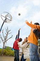 バスケットゴールに向かってボールを投げる子どもと母親 11002053860| 写真素材・ストックフォト・画像・イラスト素材|アマナイメージズ