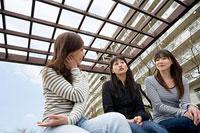 団地内の敷地で世間話をする三人の女性 11002053861| 写真素材・ストックフォト・画像・イラスト素材|アマナイメージズ
