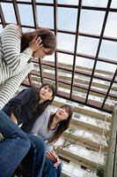 団地内で世間話をする三人の女性 11002053862| 写真素材・ストックフォト・画像・イラスト素材|アマナイメージズ