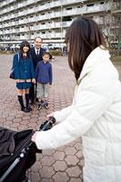 挨拶を交わす親子とベビーカーを押す女性 11002053865| 写真素材・ストックフォト・画像・イラスト素材|アマナイメージズ