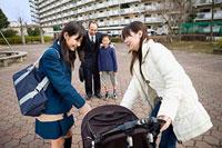 ベビーカーの子どもを可愛がる女子高生 11002053866| 写真素材・ストックフォト・画像・イラスト素材|アマナイメージズ