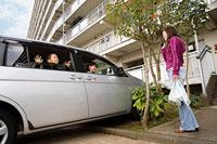車で出掛ける親子を見送る女性 11002053869| 写真素材・ストックフォト・画像・イラスト素材|アマナイメージズ