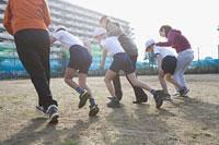 徒競走をする3組の親子 11002053877| 写真素材・ストックフォト・画像・イラスト素材|アマナイメージズ