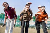 子どもをおんぶする3組の親子 11002053878| 写真素材・ストックフォト・画像・イラスト素材|アマナイメージズ