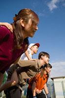子どもをおんぶする3組の親子 11002053879| 写真素材・ストックフォト・画像・イラスト素材|アマナイメージズ