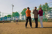 グランドでサッカーをする子どもたちを応援する母親 11002053883| 写真素材・ストックフォト・画像・イラスト素材|アマナイメージズ