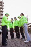 打ち合わせをする団地内の自警団 11002053885| 写真素材・ストックフォト・画像・イラスト素材|アマナイメージズ