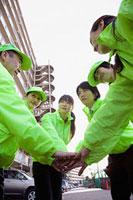 手を重ねて1つにまとまる団地内の自警団 11002053886| 写真素材・ストックフォト・画像・イラスト素材|アマナイメージズ