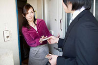 玄関口でセールスを断る女性 11002053901| 写真素材・ストックフォト・画像・イラスト素材|アマナイメージズ