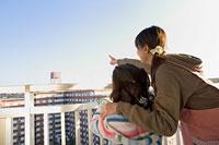 ベランダから遠くを指差す親子 11002053904| 写真素材・ストックフォト・画像・イラスト素材|アマナイメージズ