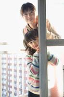 窓の奥から顔を出す親子 11002053905| 写真素材・ストックフォト・画像・イラスト素材|アマナイメージズ