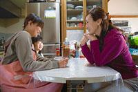 ダイニングテーブルで世間話をする二人の女性と女の子 11002053906| 写真素材・ストックフォト・画像・イラスト素材|アマナイメージズ