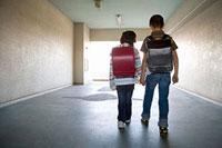 団地内の通路を歩く男の子と女の子の後ろ姿 11002053909| 写真素材・ストックフォト・画像・イラスト素材|アマナイメージズ