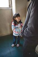 怪しい男性に追いつめられる女の子 11002053911| 写真素材・ストックフォト・画像・イラスト素材|アマナイメージズ