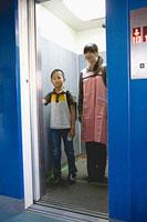 エレベーターに乗る親子 11002053912| 写真素材・ストックフォト・画像・イラスト素材|アマナイメージズ