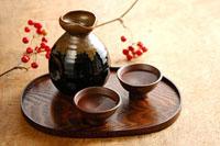 焼酎とサンキライ 11002053973| 写真素材・ストックフォト・画像・イラスト素材|アマナイメージズ