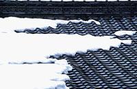屋根瓦に積もった雪 11002054051| 写真素材・ストックフォト・画像・イラスト素材|アマナイメージズ
