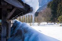 屋根から下がるツララ 11002054407| 写真素材・ストックフォト・画像・イラスト素材|アマナイメージズ