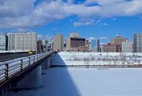 雪景色の南七条大橋 11002054538| 写真素材・ストックフォト・画像・イラスト素材|アマナイメージズ