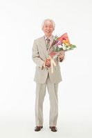 花束を持つ60代男性