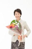 花束を持つ60代女性