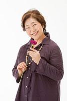 笑顔の60代女性 11002054659| 写真素材・ストックフォト・画像・イラスト素材|アマナイメージズ
