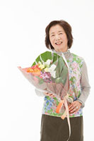 花束を持つ60代女性 11002054678| 写真素材・ストックフォト・画像・イラスト素材|アマナイメージズ