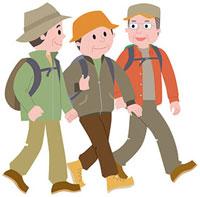 ハイキングをする三人の中高年男性