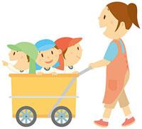 乳母車に乗り先生と散歩する園児達