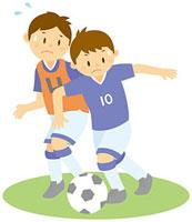 サッカーをする男子中学生