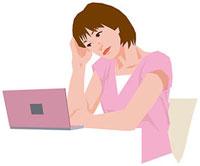 ノートPCの前で悩む女性