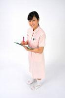 バインダーを持つ看護師