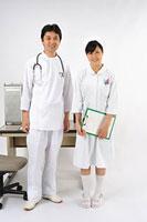 並んで立つ医師と看護師 11002055558| 写真素材・ストックフォト・画像・イラスト素材|アマナイメージズ