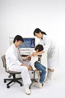 男の子を診察する医師と看護師